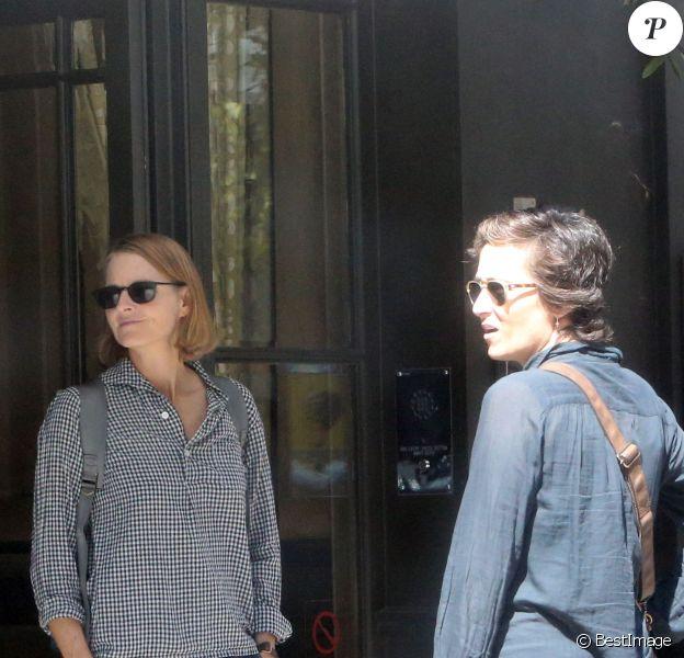 Exclusif - Jodie Foster et sa femme Alexandra Hedison se promenant à Londres le 12 août 2016.