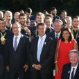 Le président de la République François Hollande avec le premier ministre Manuel Valls, le ministre de la ville, de la jeunesse et du sport Patrick Kanner posent avec les membres de la délégation olympique après une réception au palais de l'Elysée à Paris le 23 août 2016. © Denis Guignebourg/Bestimage