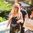 Kourtney Kardashian et Khloe Kardashian font du shopping et un tour de carrousel à Encino. Les 2 soeurs portent des chaussures avec de la fourrure noire, des sandales pour Kourtney et des claquettes pour Khloe! Le 23 août 2016