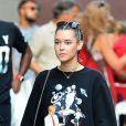 Exclusif - Jaden Smith et sa petite amie Sarah Snyder se promènent main dans la main dans le quartier de Soho à New York. Le couple porte les mêmes sweatshirts. Le 27 août 2016