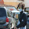 Jaden Smith porte un masque chirurgical pour aller déjeuner avec son ex petite amie Kylie Jenner et des amis au Pain Quotidien à Calabasas, le 24 avril 2016