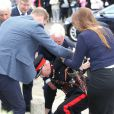 Le prince William, sous les yeux de son épouse la duchesse Catherine de Cambridge, a aidé à relever le Lord Lieutenant Jonathan Douglas-Hughes, victime d'une mauvaise chute lors de leur arrivée le 16 septembre 2016 à la Stewards Academy, une école de Harlow (Essex) où ils venaient promouvoir leur initiative Heads Together en faveur de la santé mentale.      Kate Middleton et le prince William étaient en visite à la Stewards Academy à Harlow, dans l'Essex, le 16 september 2016 pour continuer de soutenir la campagne Heads Together en faveur du bien-être mental des jeunes.