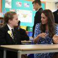 Kate Middleton, ici en classe avec une écolière, et le prince William étaient en visite à la Stewards Academy à Harlow, dans l'Essex, le 16 september 2016 pour continuer de soutenir la campagne Heads Together en faveur du bien-être mental des jeunes.
