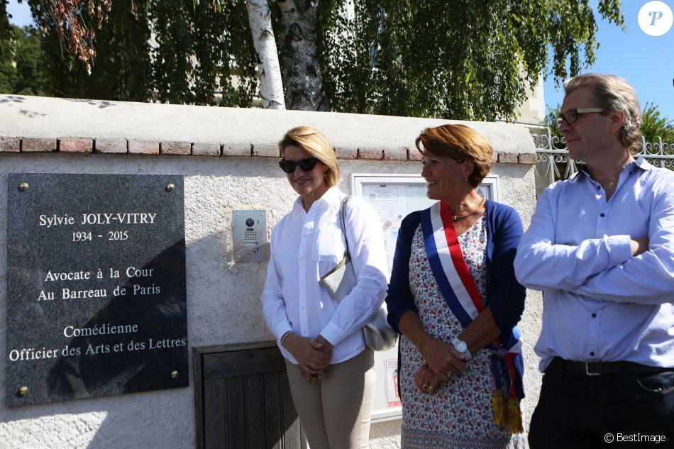Exclusif - Grégoire son fils et Mathilde sa fille dévoilent la plaque à l'entrée de l'école lors de l'inauguration de l'école Sylvie Joly le 10 septembre 2016 à Dierre (Indre et Loire). © Laetitia Notarianni / Bestimage