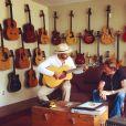 """Johnny Hallyday et Yodelice (Maxim Nucci) trouvent l'inspiration dans un """"guitar shop"""" de Santa Fe. Photographiés par Laeticia, le 22 septembre 2016."""