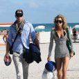 AnnaLynne McCord et son chéri Kellan Lutz sur une plage à Miami, le 4 janvier 2009