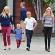 Exclusif - Reese Witherspoon, ses enfants Deacon et Ava, son mari Jim Toth et leur fils Tennessee se rendent à l'église à Santa Monica, le 15 novembre 2015.  Please Hide Children's face Prior to the Publication For Germany call for price Exclusive - Reese Witherspoon and husband Jim Toth take their son Tennesse and her kids Ava and Deacon Phillippe to church in Santa Monica, California on November 15, 2015. Reese and Jim were wearing matching blue sweaters.15/11/2015 - Santa Monica