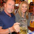 Arnold Schwarzenegger et sa girlfriend Heather Milligan à l'Oktoberfest à Munich, le 27 septembre 2016.
