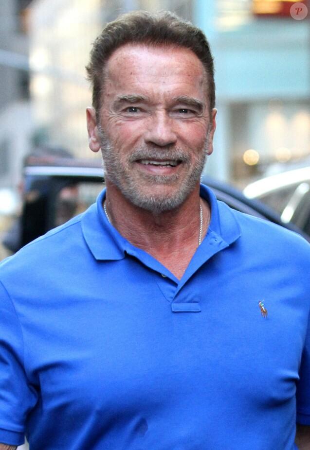 Arnold Schwarzenegger plaisante avec un fan à la sortie du magasin Ralph Lauren sur Madison Avenue à New York, le 22 septembre 2016
