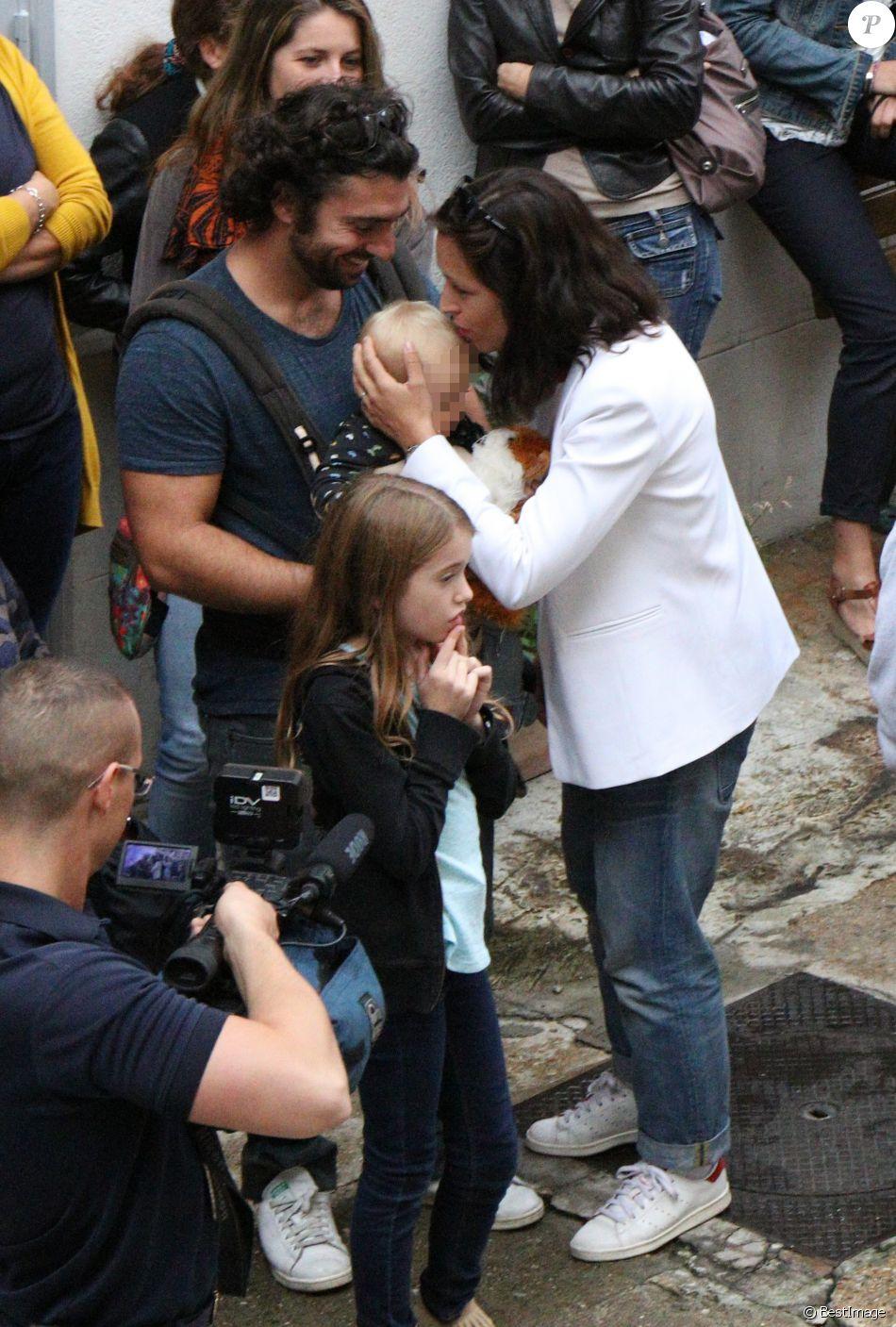 """Exclusif - Natasha St-Pier, son mari Grégory Quillacq et leur fils Bixente soutiennent l'association """"Petit Coeur de Beurre"""" lors du week-end de la Cardiopathie Congénitale à la caserne des pompiers de Malar, dans le 7e arrondissement de Paris, le 1er octobre 2016."""