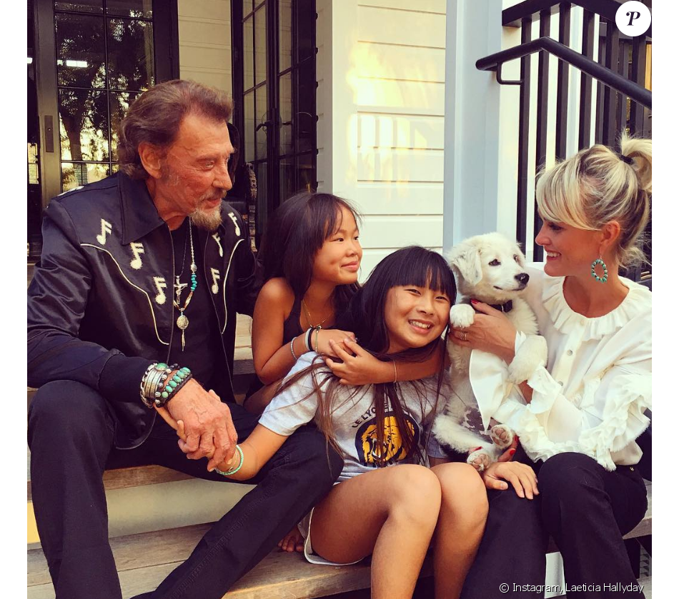 johnny hallyday et laeticia avec leurs filles jade et joy devant leur maison de pacific. Black Bedroom Furniture Sets. Home Design Ideas