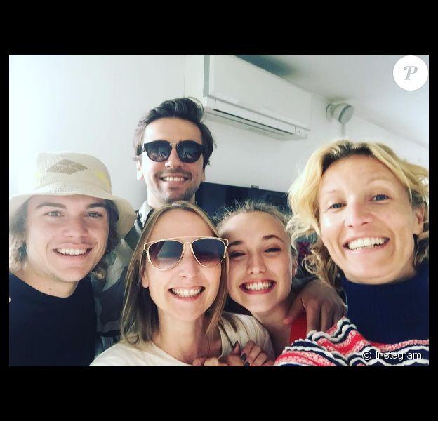 Photo de famille : Alexandra Lamy, Audrey Lamy, Chloé Jouannet, Zacharie Chasseriaud et Thomas Sabatier - le 9 octobre 2016