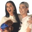 Katy Perry présente le premier ambassadeur de la marque de cosmétiques CoverGirl : James Charles. Le 11 octobre 2016.