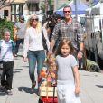 Tori Spelling, son mari Dean McDermott et leurs enfants Liam, Stella, Hattie et Finn font du shopping au Farmers Market à Studio City, le 23 août 2015.