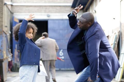 """Omar Sy, papa bouleversant face à une mère absente dans """"Demain tout commence"""""""