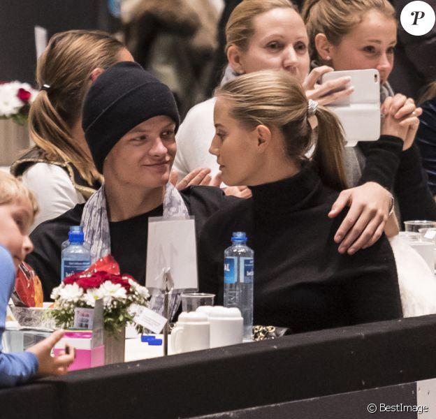 Marius Borg Hoiby, fils de la princesse Mette-Marit de Norvège (à gauche, debout), et sa compagne Linn Helena Nilsen lors du Salon du Cheval d'Oslo le 16 octobre 2016.