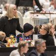 La princesse Mette-Marit de Norvège et son fils Marius Borg Hoiby avec sa compagne Linn Helena Nilsen lors du Salon du Cheval d'Oslo le 16 octobre 2016.