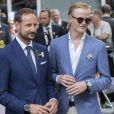 Le prince Haakon de Norvège et son beau-fils Marius Borg Hoiby lors de la garden party du jubilé des 25 ans de règne du roi Harald V de Norvège à Trondheim le 23 juin 2016.