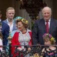 La princesse Ingrid Alexandra, le prince Haakon, Marius Borg Hoiby , la princesse Astrid, la reine Sonja, le roi Harald, Emma Tallulah Behn lors de la garden party du jubilé des 25 ans de règne du roi Harald V de Norvège à Trondheim le 23 juin 2016.