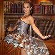 Denitsa Ikonomova lors de l'essayage de sa robe pour le défilé du Salon du Chocolat, à l'hôtel  Best Western Premier , dans le quartier du Trocadéro à Paris, le 17 octobre 2016.