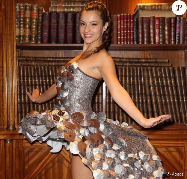 Denitsa Ikonomova lors de l'essayage de sa robe pour le défilé du Salon du Chocolat, à l'hôtel Best Western Premier, dans le quartier du Trocadéro à Paris, le 17 octobre 2016.