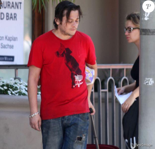 Edward Furlong avec une amie à Los Angeles le 24 août 2012.