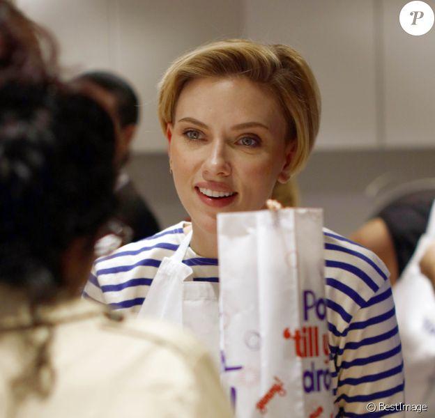 Scarlett Johansson - L'actrice américaine Scarlett Johansson a bien joué les serveuses d'un jour ce samedi 22 octobre 2016, derrière le comptoir de sa boutique de pop corn gourmet, inaugurée dans le quartier du Marais à Paris, France.