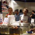 """Scarlett Johansson, sa belle-soeur (Manager de""""Yummy Pop""""), le chef Will Horowitz et son mari Romain Dauriac - L'actrice américaine Scarlett Johansson a bien joué les serveuses d'un jour ce samedi 22 octobre 2016, derrière le comptoir de sa boutique de pop corn gourmet, inaugurée dans le quartier du Marais à Paris, France. Une foule d'environ 400 personnes s'était formée dans la rue, assez tôt dans la journée pour attendre l'actrice. Et beaucoup des badauds sont repartis déçus, avant que l'actrice arrive vers 19h30. En marinière et tablier, Scarlett Johansson a endossé un nouveau rôle en servant des clients venus pour l'ouverture de """"Yummy Pop"""", boutique qu'elle a ouverte avec son mari français Romain Dauriac."""