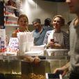 """Scarlett Johansson, sa belle-soeur (Manager de""""Yummy Pop""""), le chef Will Horowitz et son mari Romain Dauriac - L'actrice américaine Scarlett Johansson a bien joué les serveuses d'un jour ce samedi 22 octobre 2016, derrière le comptoir de sa boutique de pop corn gourmet, inaugurée dans le quartier du Marais à Paris, France."""
