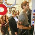Scarlett Johansson et son mari Romain Dauriac - L'actrice américaine Scarlett Johansson quitte sa boutique après avoir joué les serveuses d'un jour ce samedi 22 octobre 2016, derrière le comptoir de sa boutique de pop corn gourmet, inaugurée dans le quartier du Marais à Paris, France. Une foule d'environ 400 personnes s'était formée dans la rue, assez tôt dans la journée pour attendre l'actrice.