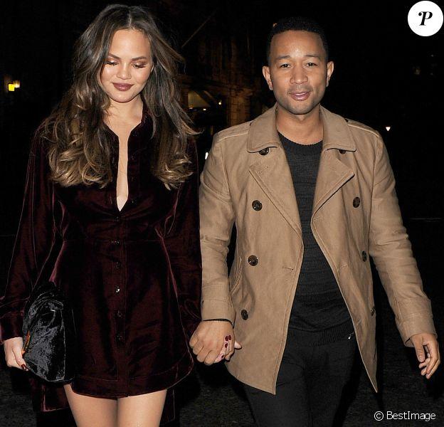 """John Legend et sa femme Chrissy Teigen arrivent à leur hôtel à Londres, le 23 octobre 2016, après s'être rendus sur le plateau de """"X-Factor."""