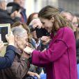 Rencontre touchante pour la reine Letizia... Le roi Felipe VI et la reine Letizia d'Espagne visitaient le 22 octobre 2016 Los Oscos, qui regroupe les communes de San Martin de Oscos, Villanueva de Oscos, Santa Eulalia de Oscos et a été désigné Village exemplaire des Asturies 2016.
