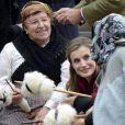 Le roi Felipe VI et la reine Letizia d'Espagne, qui a eu beaucoup de succès auprès de villageoises qui lui ont montré leurs talents pour le tricot, visitaient le 22 octobre 2016 Los Oscos, qui regroupe les communes de San Martin de Oscos, Villanueva de Oscos, Santa Eulalia de Oscos et a été désigné Village exemplaire des Asturies 2016.