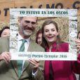 """Le roi Felipe VI et la reine Letizia d'Espagne, comme de parfaits touristes, posent dans un cadre """"Je suis à Los Oscos"""". Ils visitaient le 22 octobre 2016 Los Oscos, qui regroupe les communes de San Martin de Oscos, Villanueva de Oscos, Santa Eulalia de Oscos et a été désigné Village exemplaire des Asturies 2016."""