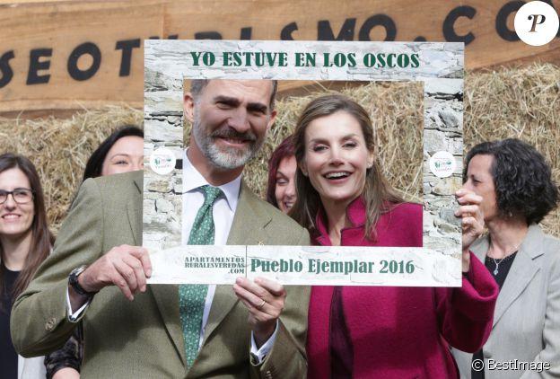 """Le roi Felipe VI et la reine Letizia d'Espagne se font photographier dans un cadre """"Je suis à Los Oscos, Village exemplaire des Asturies 2016"""", le 22 octobre 2016 en principauté des Asturies."""