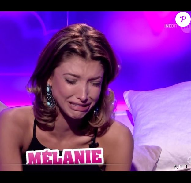"""Mélanie en larmes au confessionnal - """"Secret Story 10"""" sur NT1, le 21 octobre 2016."""