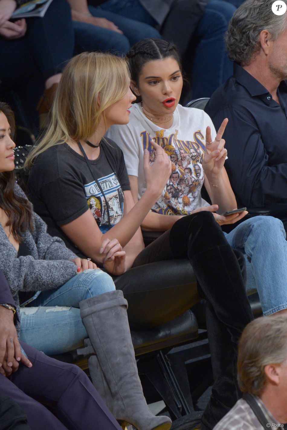 Kendall Jenner et Karlie Kloss lors du match de basket-ball qui oppose l'équipe de Los Angeles aux Rockets de Houston, le 26 octobre 2016 au Staples Center