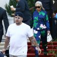 Blac Chyna enceinte et son fiancé Rob Kardashian quittent leur hôtel à Miami. Blac Chyna s'arrête un moment pour faire un selfie avec un fan. Le 14 mai 2016