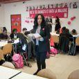"""Amel Bent lors de la lecture de la dictée ELA à des élèves de la classe de 6ème au Collège Pablo Neruda à Aulnay-sous-Bois, France, le 17 octobre 2016, lors de la campagne nationale """"Mets tes baskets et bats la maladie à l'école""""."""