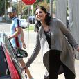 Exclusif - Katherine Heigl enceinte porte une perruque brune pour Halloween et est allée déjeuner avec son mari Josh Kelley au restaurant Little Dom à Los Feliz, le 31 octobre 2016