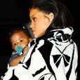 Rihanna va dîner au restaurant en famille à Los Angeles, le 10 février 2015. Elle porte sa nièce, Majesty, dans ses bras.