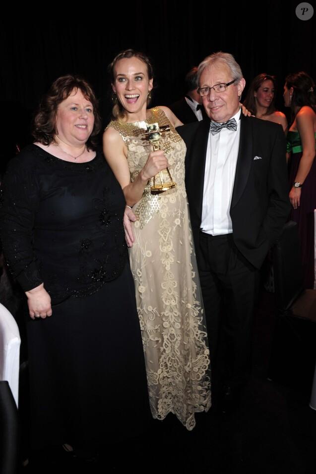 Diane Kruger avec sa mère Maria Koehler et son beau-père Wolf Nieneck aux Goldene Kamera Awards à Berlin en janvier 2010.