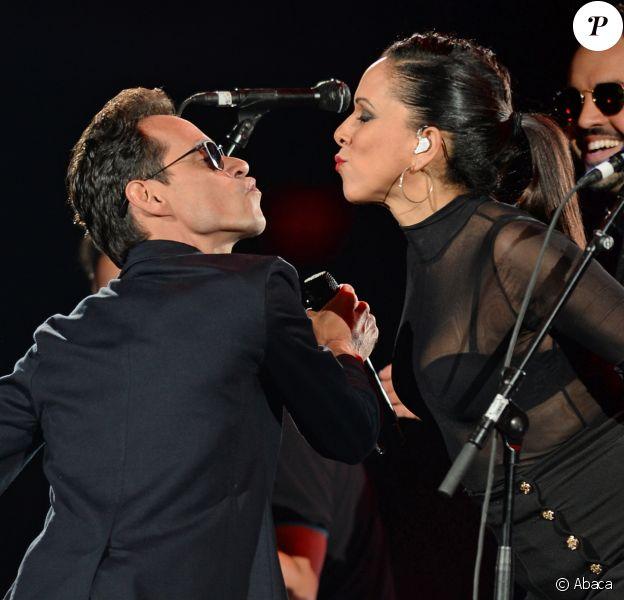 Marc Anthony lors de son concert à l'American Airlines Arena de Miami, le 18 novembre 2016. Alors qu'il vient d'annoncer son divorce avec Shannon de Lima, le chanteur a profité du show pour embrasser l'une de ses choristes. La veille, il avait déjà surpris ses fans en échangeant un baiser avec son ex-femme, Jennifer Lopez, aux Latin Grammy Awards, à Las Vegas.