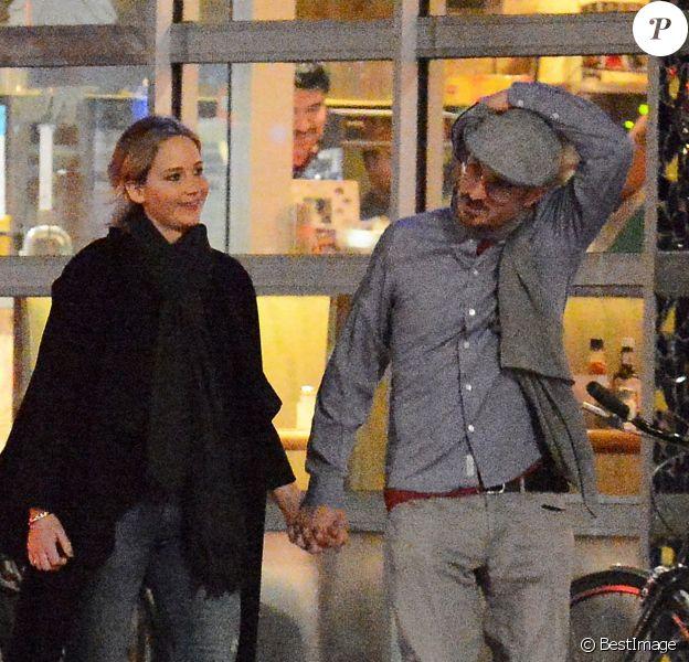 Exclusif - La jeune actrice de 26 ans Jennifer Lawrence et son nouveau compagnon, le réalisateur, Darren Aronofsky, 47 ans, se promènent bras dessus bras dessous dans les rues de New York. Le 2 novembre 2016