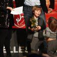 """Gerard Piqué reçoit un prix lors de la 5ème édition du """"Catalan football stars"""" à Barcelone, en présence de sa compagne Shakira et leurs enfants Milan et Sasha, le 28 novembre 2016."""
