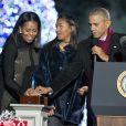 Le président des États-Unis Barack Obama, Michelle Obama, leur fille Sasha Obama, Eva Longoria et Chance The Rapper assistent à la cérémonie d'illumination du sapin de Noël de la Maison Blanche. Washington, le 1er décembre 2016.