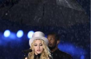 PHOTOS + VIDEO : Quand Madonna chante sous un parapluie, brave la pluie battante... oups, la belle gamelle !!!