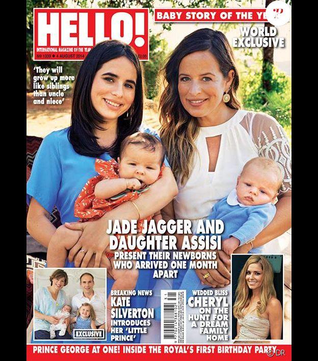 """Jade Jagger et sa fille Assisi posent en couverture du magazine """"Hello"""" (daté d'août 2014) avec leurs bambins respectifs, nés à quatre semaines d'écart."""