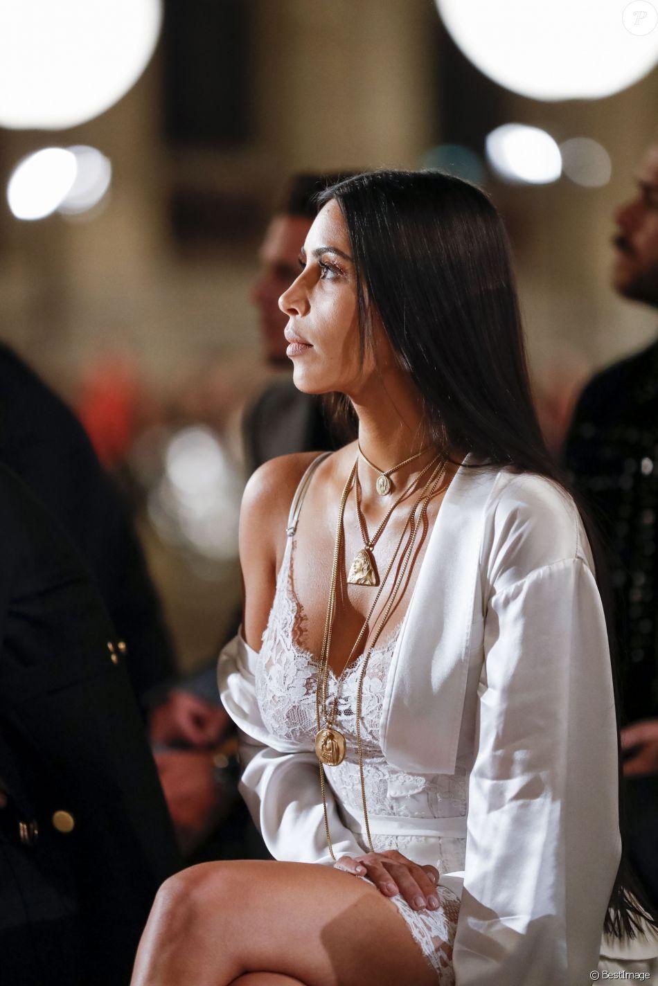 """Kim Kardashian au défilé de mode """"Givenchy"""", collection prêt-à-porter Printemps-Eté 2017 lors de la Fashion Week de Paris, France, le 2 October 2016."""