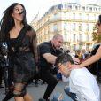 """""""Un homme, Vitalii Sediuk, essaie d'embrasser les fesses de Kim Kardashian devant le restaurant l'Avenue à Paris le 28 septembre 2016. Avant d'atteindre son but, il est mis à terre et maîtrisé par le service d'ordre. © Cyril Moreau / Bestimage"""""""